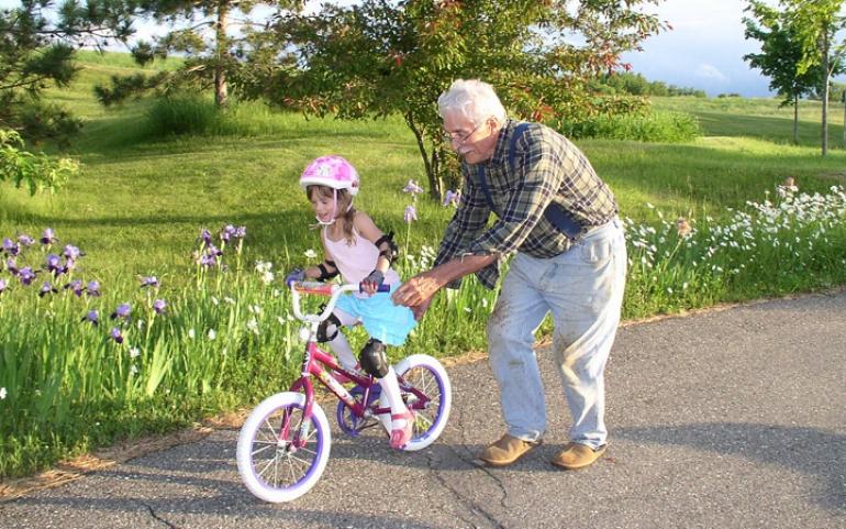 36bdfb41015 5 λόγοι για να επισκέπτονται τα παιδιά τον παππού και τη γιαγιά συχνότερα